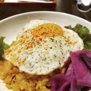 【マノ ア マノ】路地裏カフェで味わうピリ辛ナシゴレン ¥900(税込)