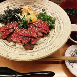 【宝堂 ~KARASUMA~】丼一面の赤身肉に圧倒される赤字覚悟の上ハラミ丼 ¥980(税込)
