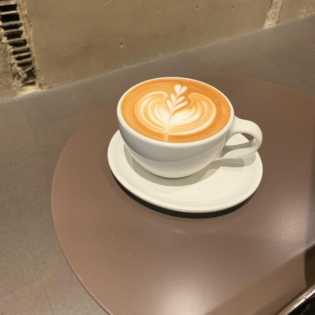 【BLUE BOTTLE COFFEE】目の前で演出!ラテアートが可愛い カフェラテHot ¥520(税抜)