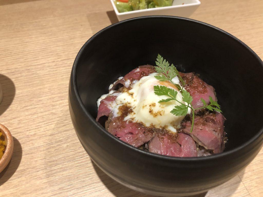 【Roji-oku】トロトロの卵との相性抜群◎ローストビーフ丼 ¥1,000(税抜)