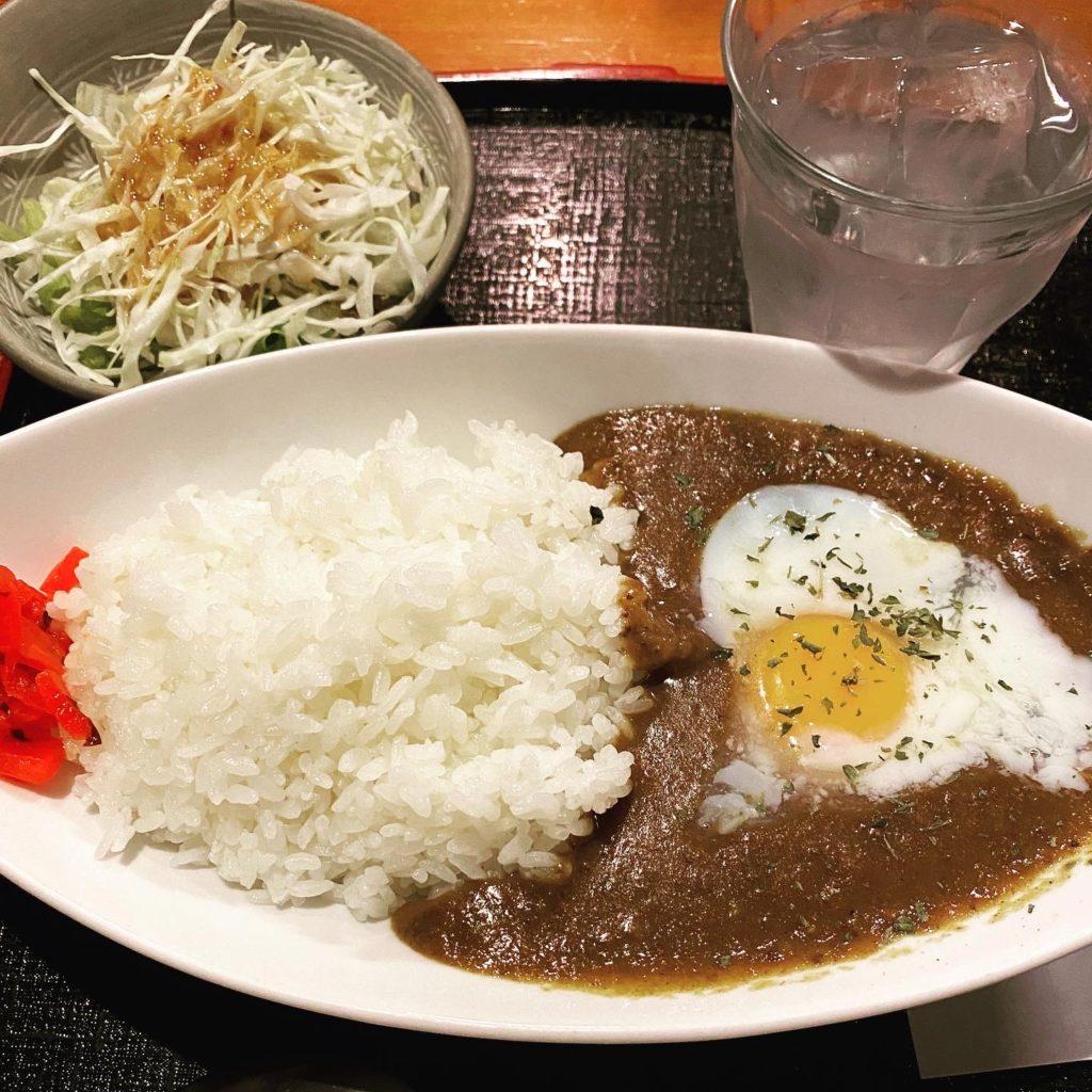 【ごはんや】昔ながらの味!温玉好き必見! 温玉カレーライス ¥800(税込)