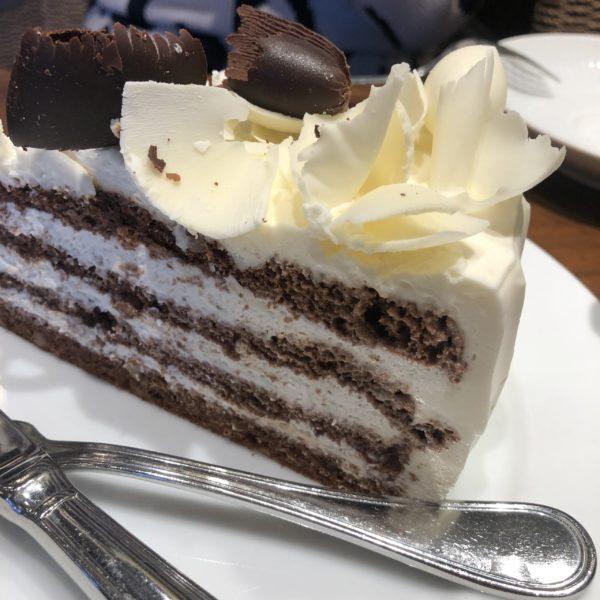 【HARBS】ボリューム満点!大きめのケーキでがっつりスイーツタイム♪ Black&White Chocolate Cake¥800(税込)
