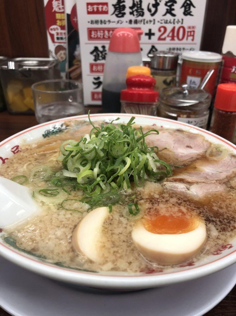 【ラーメン 魁力屋】京都こってりラーメンの代表の味玉ラーメン+ご飯 ¥902(税込)