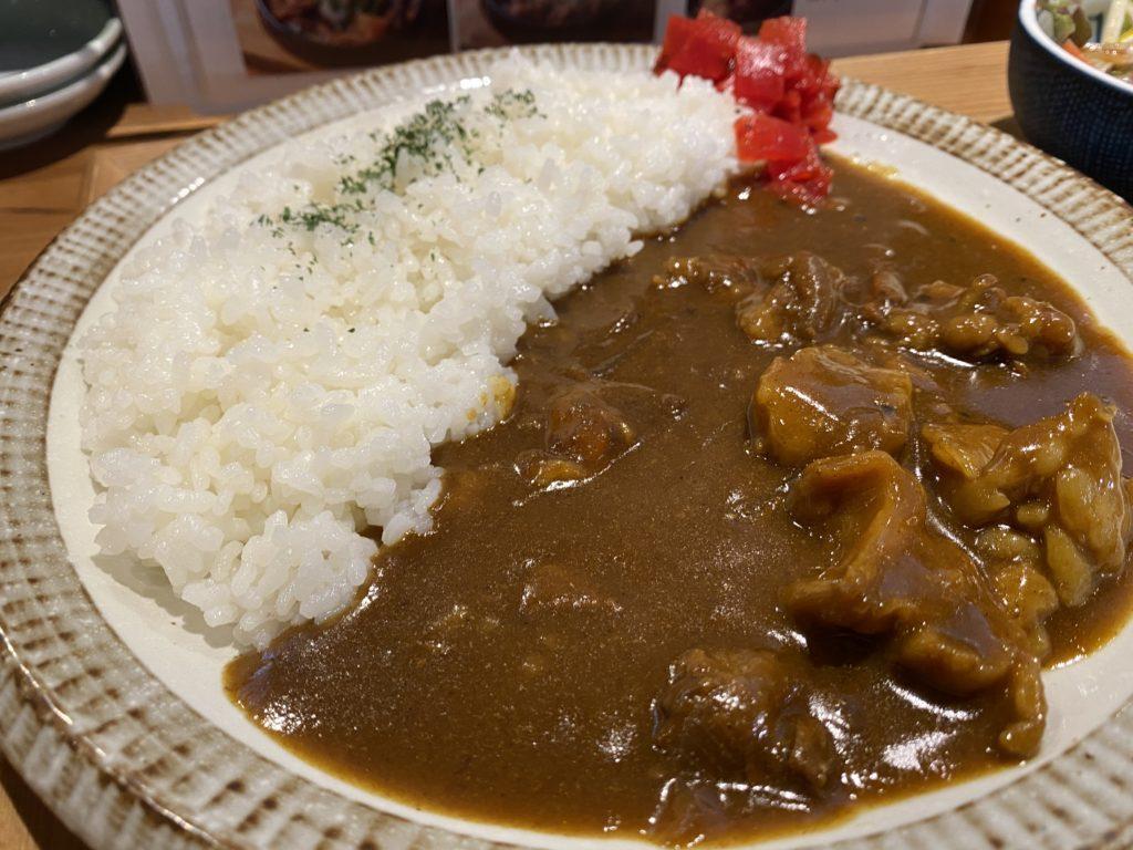 【餃子と煮込み/鮨しん】京都経済センターにある定食豊富なランチ 牛すじカレー ¥980(税込)