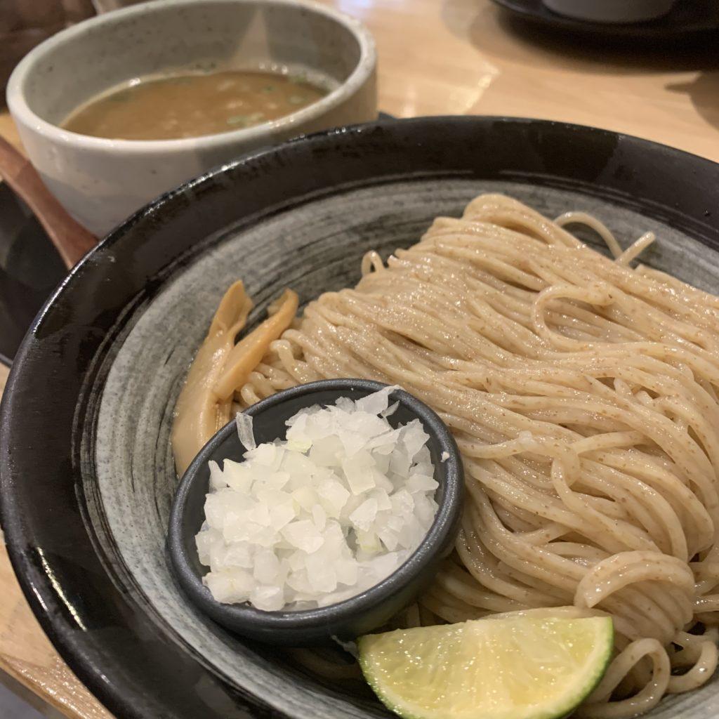 【麺匠 たか松】まるでお蕎麦?味変しながら楽しめる つけ麺並 ¥870(税込)