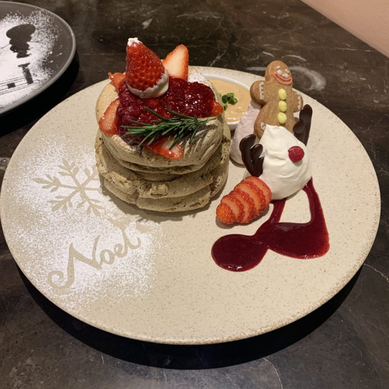 【MICASADECO&CAFE KYOTO】期間限定!甘い苺が乗った、ふわふわクリスマスパンケーキ ¥1,650(税込)
