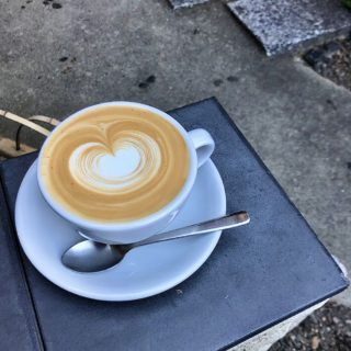 【 WEEKENDERS COFFEE 富小路】こんな場所に?! 知る人ぞ知る 穴場カフェ☕ カフェラテ ¥510(税込)